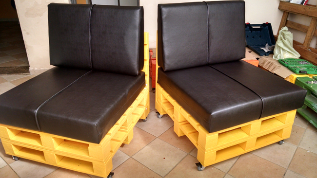 sofá de pallet amarelo e preto