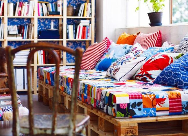 sofá de pallet colorido
