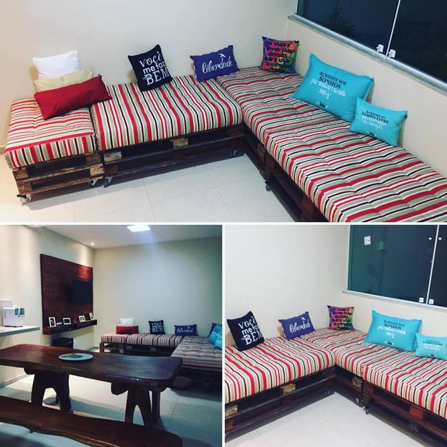 sofá de pallet com assento vermelho