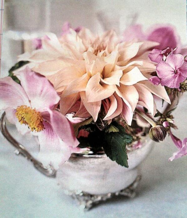 arranjo com flores no bule