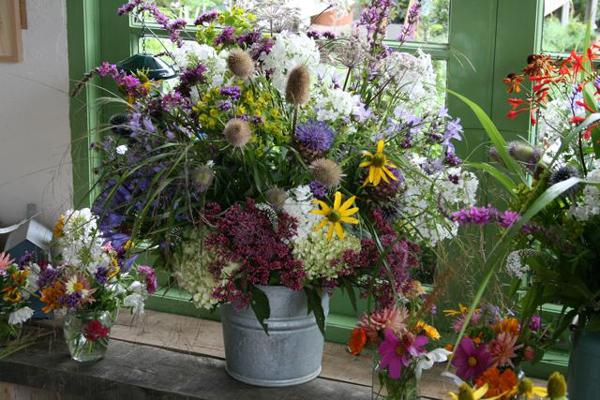 arranjo com flores no balde