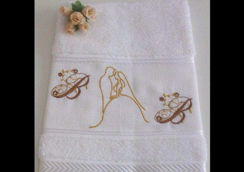 toalha bordada noivos