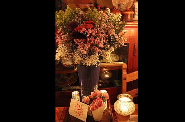 arranjo com flores no vaso comprido