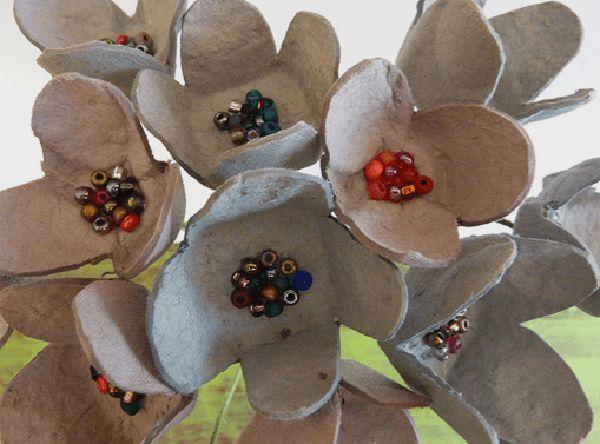 flor de caixa de ovos com miçanga