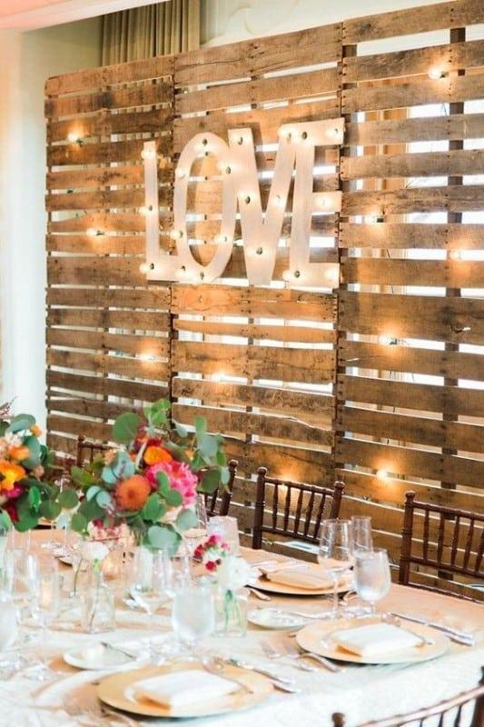 painel de pallet para casamento iluminado
