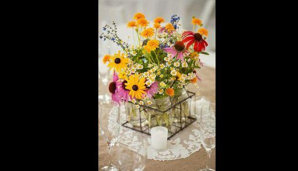 arranjo com flores nos potes de vidro