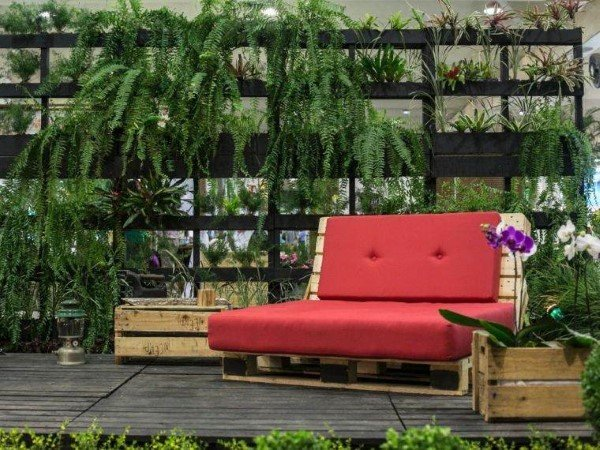 sofa de palete vermelho