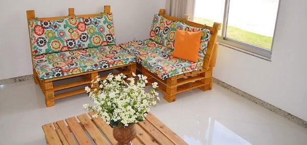 sofa laranja de madeira