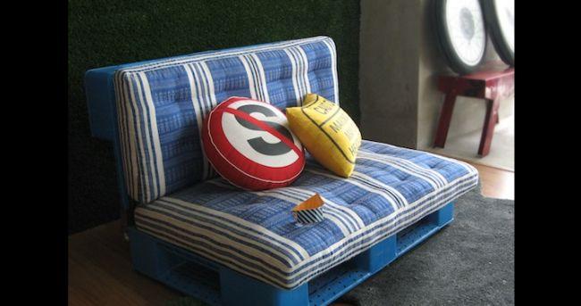 sofá de pallet azul bonito