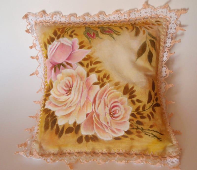 rosas pintadas em almofada