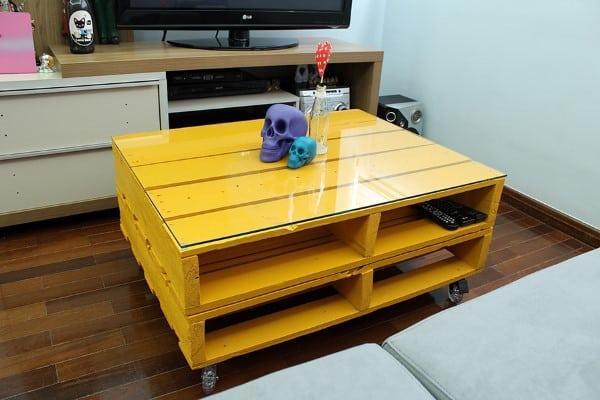 mesa de centro de palete amarela