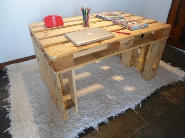mesa de estudo simples feita com palete
