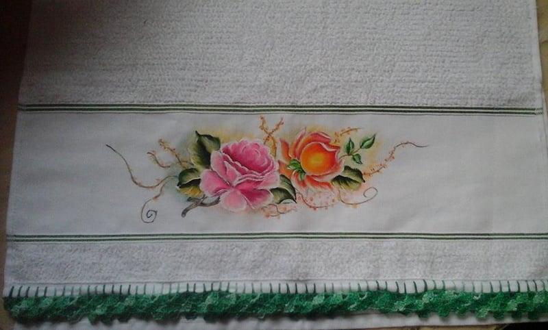 rosas pintadas em tecido bonito