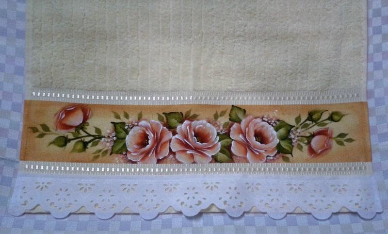 rosas pintadas em toalha