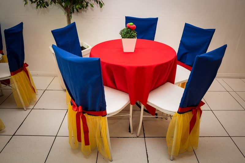 mesas e cadeiras decoradas
