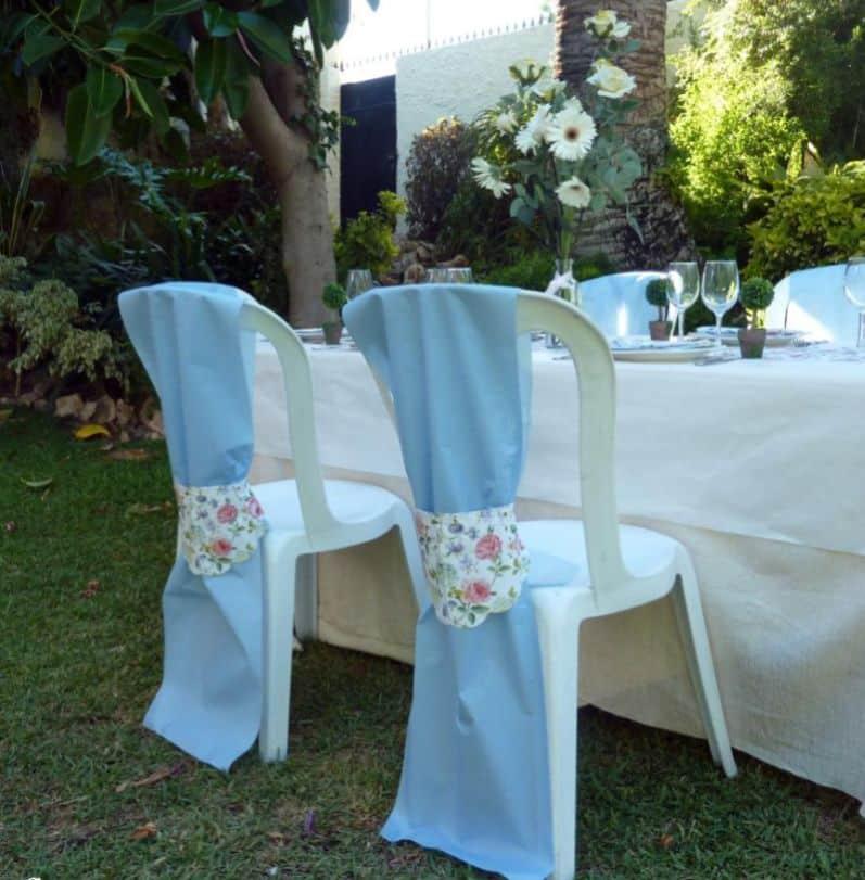 festa com mesas e cadeiras decoradas