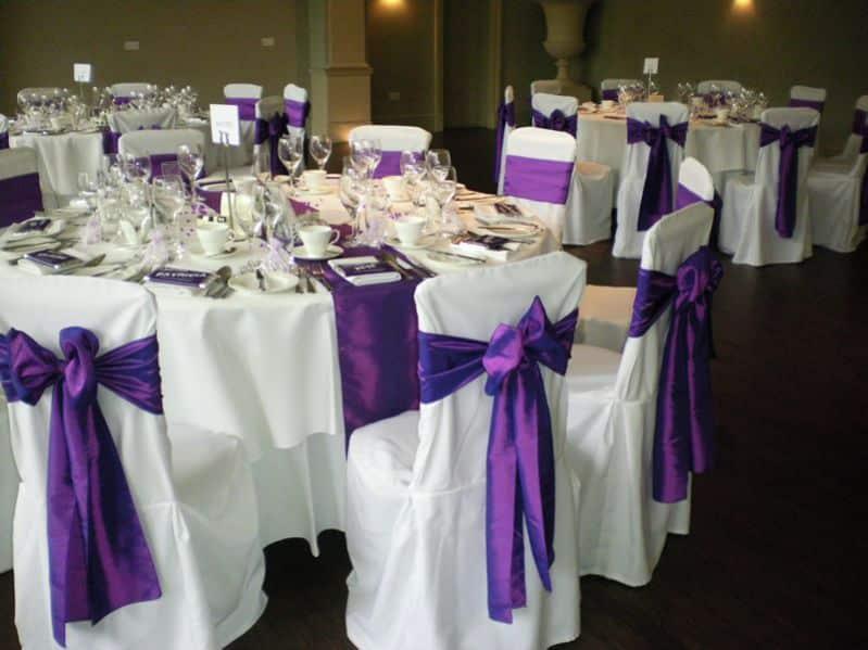 mesas e cadeiras decoradas laços
