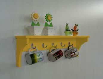 prateleira de cozinha amarela
