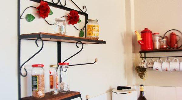 prateleira de cozinha com rosas