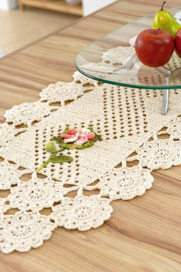modelo de flor de croche para caminho de mesa