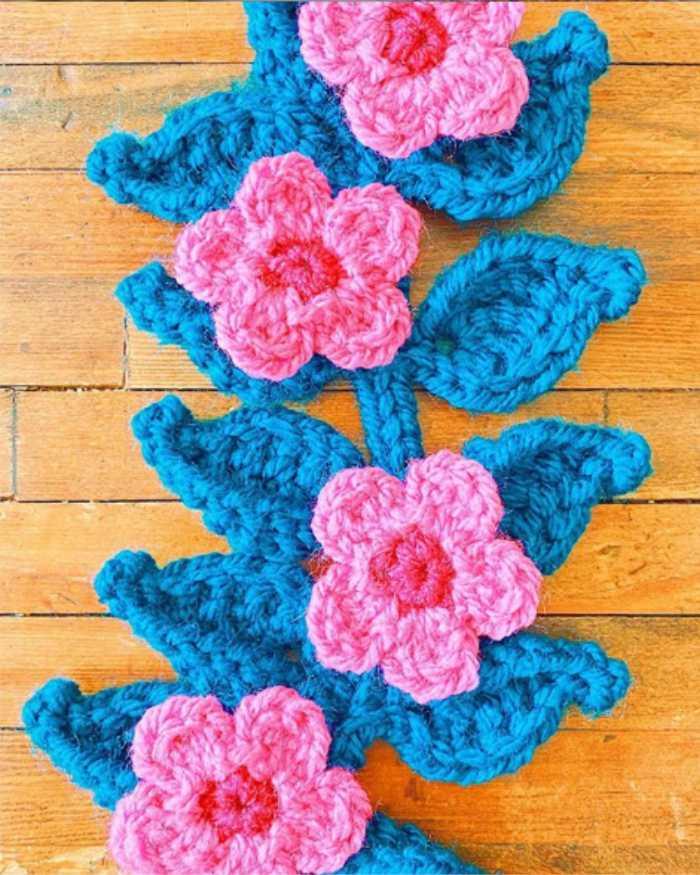 flor de croche com rosa