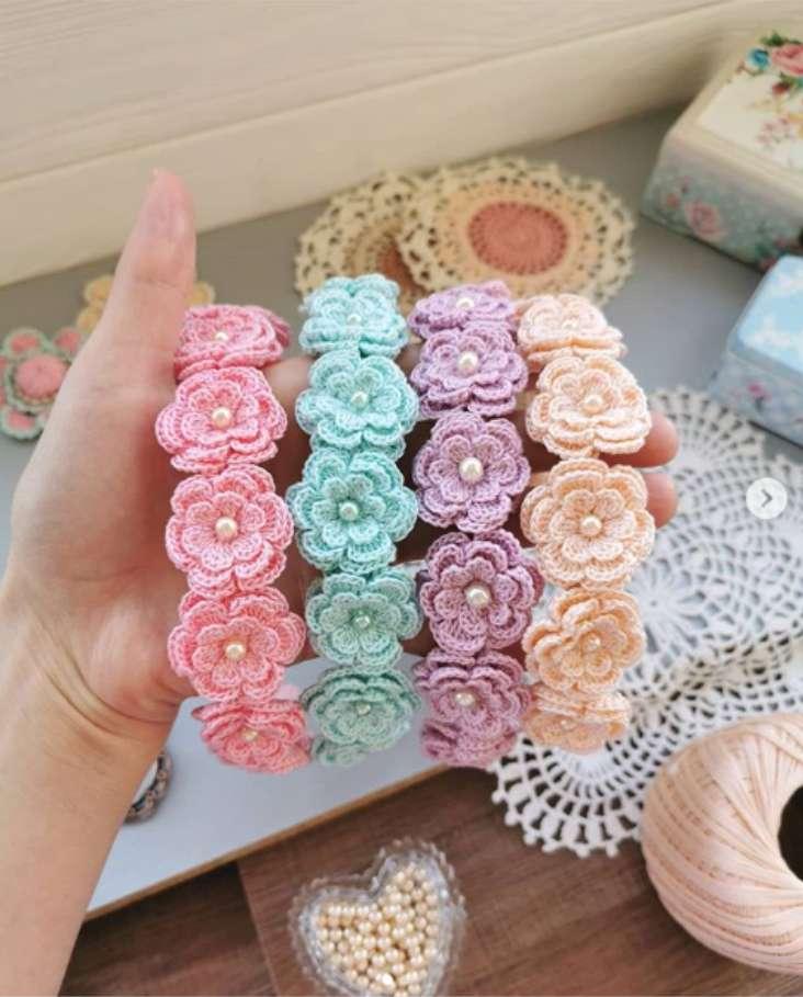 modelo de tiara de flores em croche