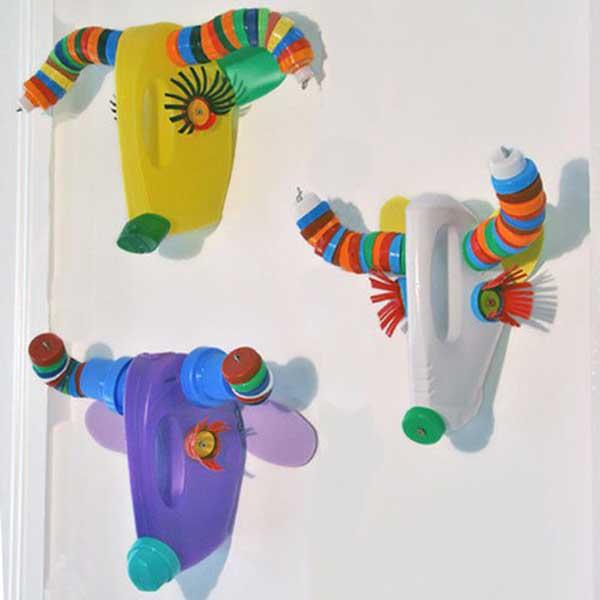 brinquedos de sucara com cabeças de garrafa