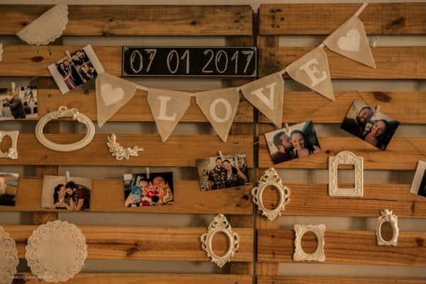 painel decorativo com fotos do casal