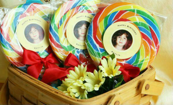 Pirulitos coloridos com foto do aniversariante