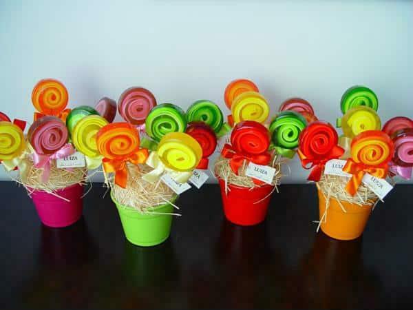 Vasinhos com pirulitos coloridos e divertidos