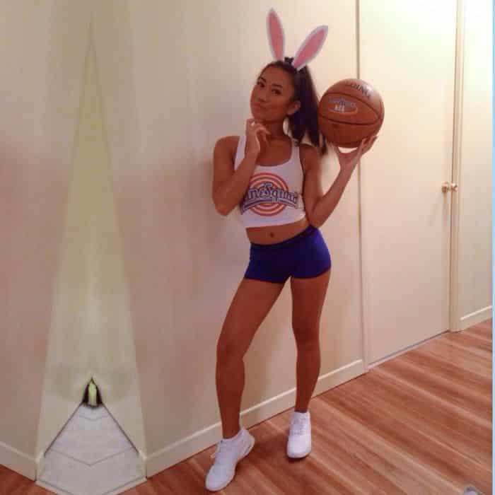 fantasia de jogadora de basket jogando bola