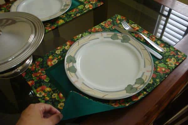 mesa posta com jogo americano finalizado