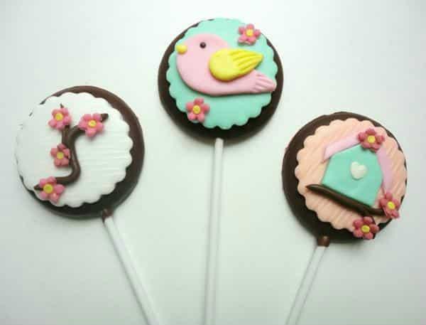 Pirulitos de chocolate com confeitos românticos