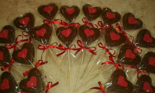 Pirulitos de chocolate em formato de coração
