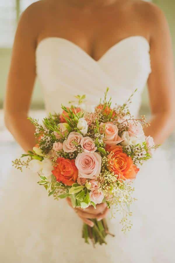 Buquê de rosas colorido para noivas