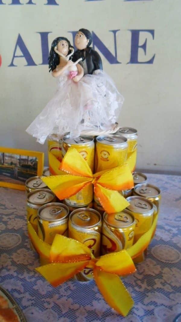 bolo de lata com noivinhos