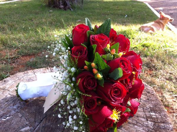 Buque natural de rosas vermelhas