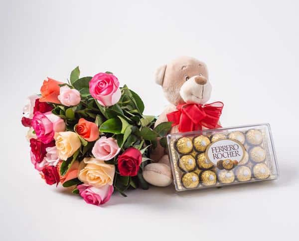 Buque rosas coloridas com chocolate e pelúcia