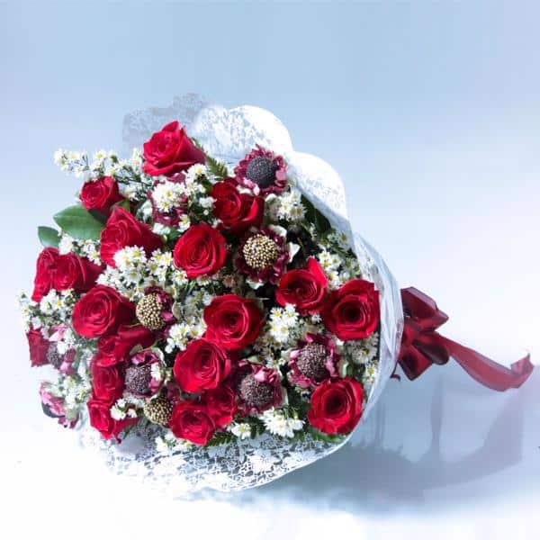 Buque de rosas vermelhas com brigadeiro