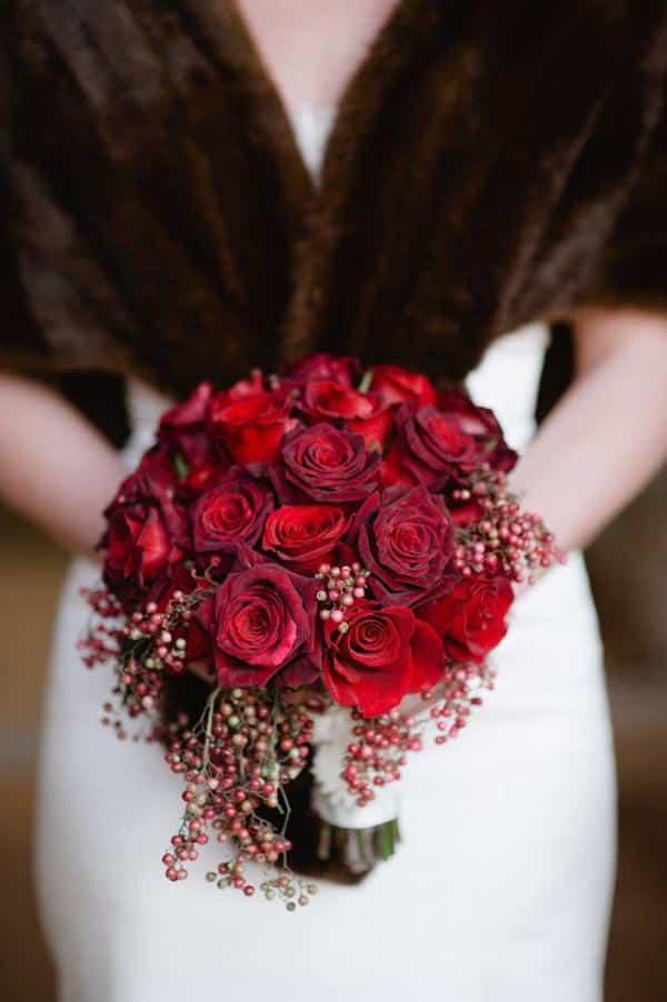 Noiva vintagem com buque de rosas vermelhas