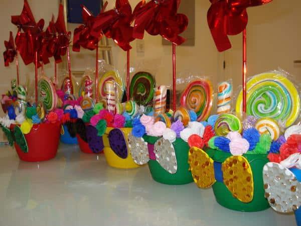 Decoração de mesa infantil simples cataventos e doces