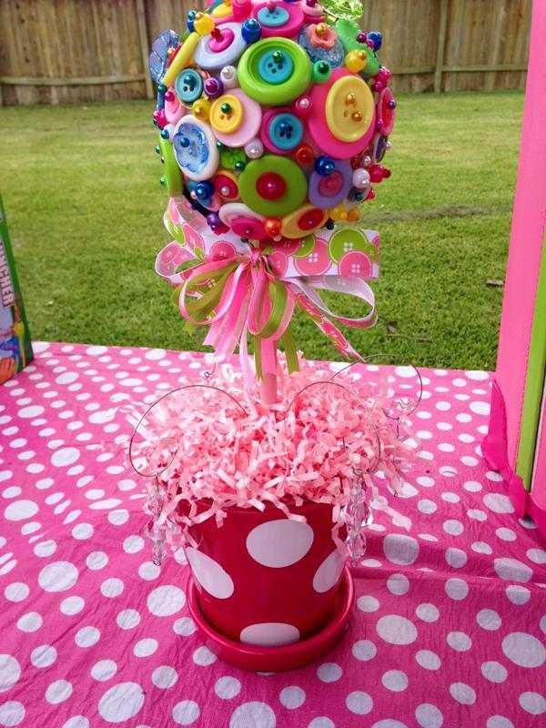 Enfeite de aniversário colorido feito com botões