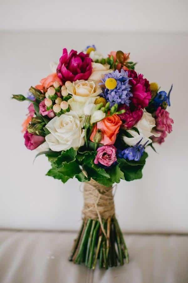 Buque de casamento com flores do campo e rosas