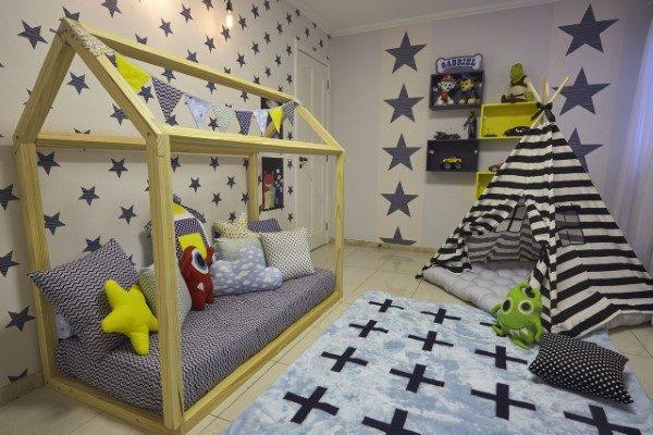 menino-cama-casinha-montessoriano com-tapete-azul