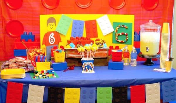 festa simples com decoração de tema Lego