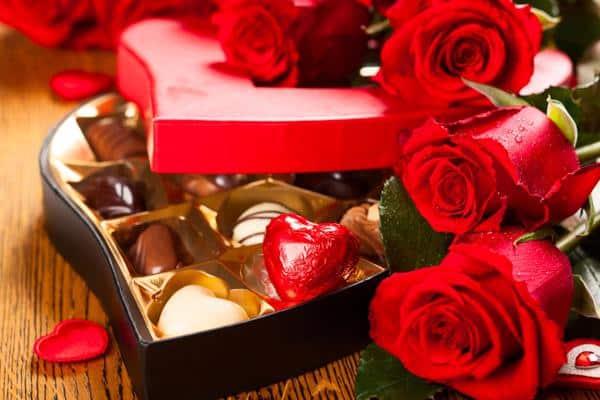 Buque de rosas vermelhas e bombons