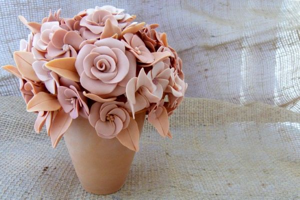 vaso com rosas de biscuit