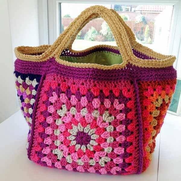 Bolsa de croche com linha colorida