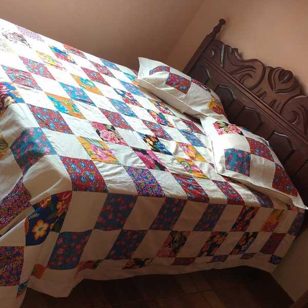 Colcha de retalhos coloridos para cama de casal