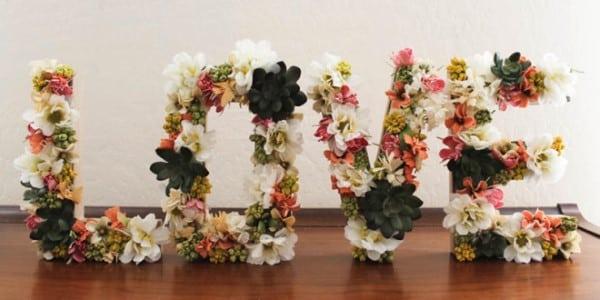 como-fazer-letra-de-papelão-com-flores